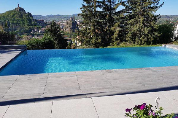 piscine avec vue vierge du puy