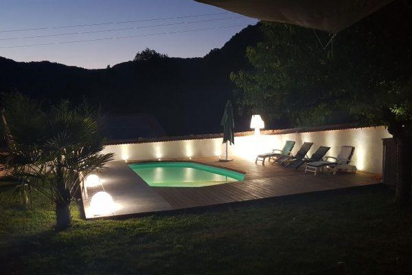 piscine eclairée la nuit auvergne